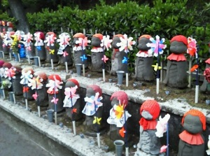 Many jizou statues in the precincts