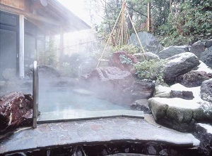 An outdoor bath in a hotel in Awara Onsen